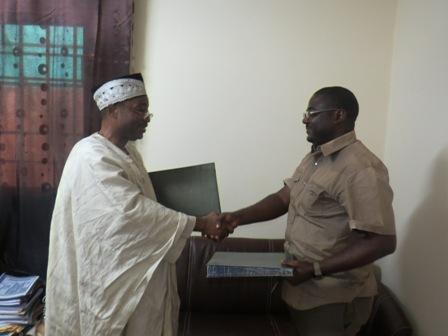 Echange de parapheur entre le Coordonnateur Régional et le Directeur de Trinity SARL chargé d'exécuter les travaux de construction