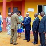 L'architecte remet les clés à M. le Coordonnateur Régional du RIFFEAC