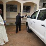 Le Secrétaire Exécutif de la COMIFAC arrose le véhicule 4*4 flambant neuf
